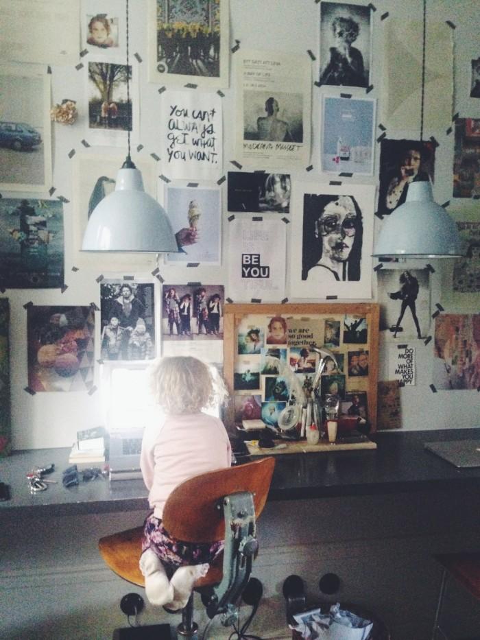 hemma hos Malin persson tavelvägg arbetsrum arbetsplats inspiration inspirationsvägg moodboard fabrikslampor 22