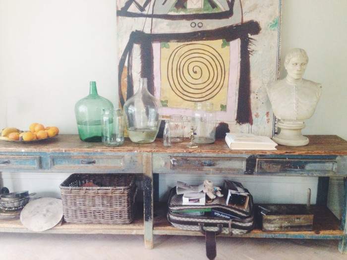 Hemma hos Maln Persson vardagsrum hylla staty konst glasflaskor gamla väskor 22