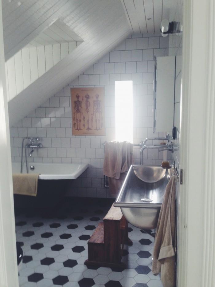 Hemma hos Malin Persson badrum kakel pall handfat i rostfritt stål 11