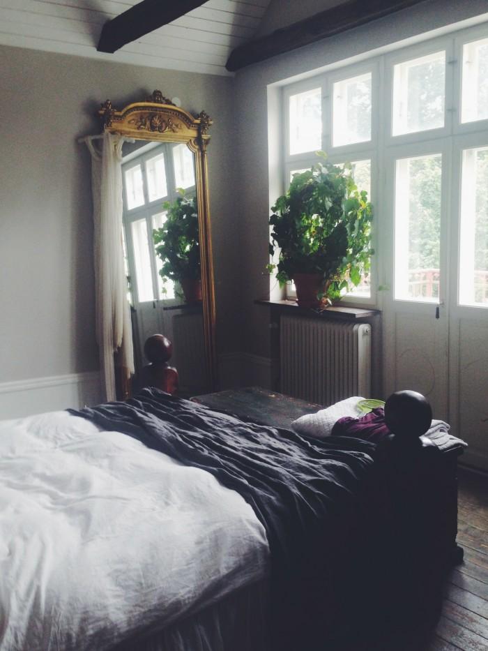 Hemma hos Malin Persson sovrum guldspegel växter linnelakan