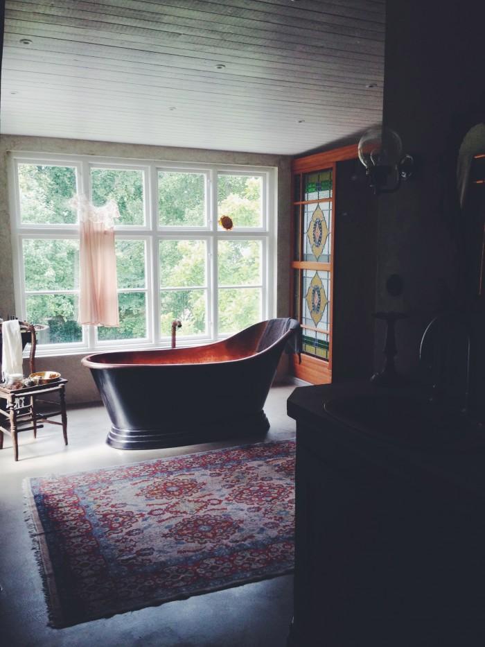 Hemma hos Malin Persson badrum kopparbadkar fönstervägg