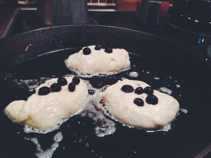 godaste-receptet-amerikanska-pannkakor-blåbär-mascarpone
