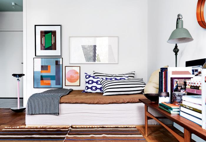 tavelvagg grafiskt stilrent sovrum sang-sasa antic foto jonas ingerstedt