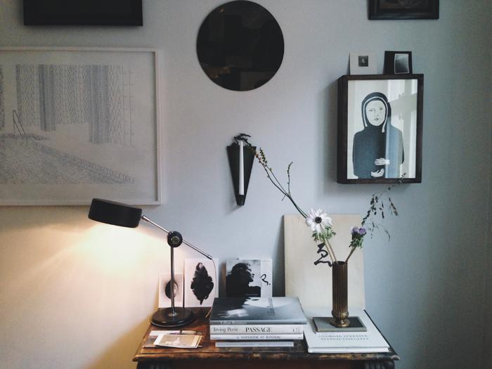 tavelvägg-hänga-konst-stilleben-blommor-böcker-lampa-konst