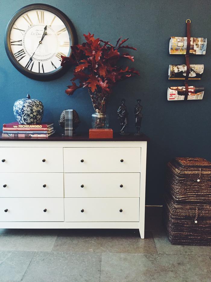 sovrum-feng shui-add simplicity-byrå-förvaring-blå-vägg-färg