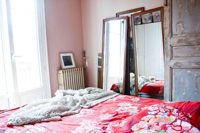 Ida Magnorn hälsade på henne i Paris 2012 och då såg det ut såhär i hennes sovrum. Så fint med speglarna, de röda lakanen och den slitna dörren!