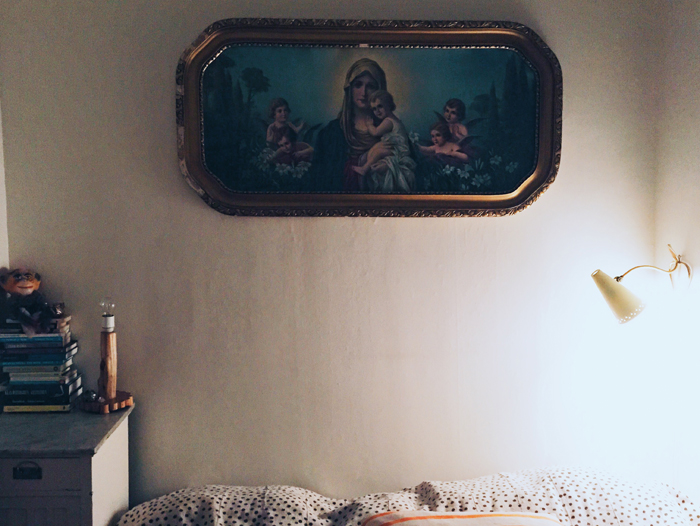 Sovrum-kristen-kitsch-överkast-afroart-trälampa