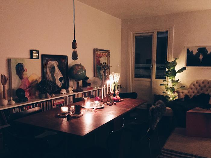 matbord-kok-tavelvagg-lag-bokhylla-konst-ljusstakar-fiolfikus-ljusslinga-divan-sjuanstolar