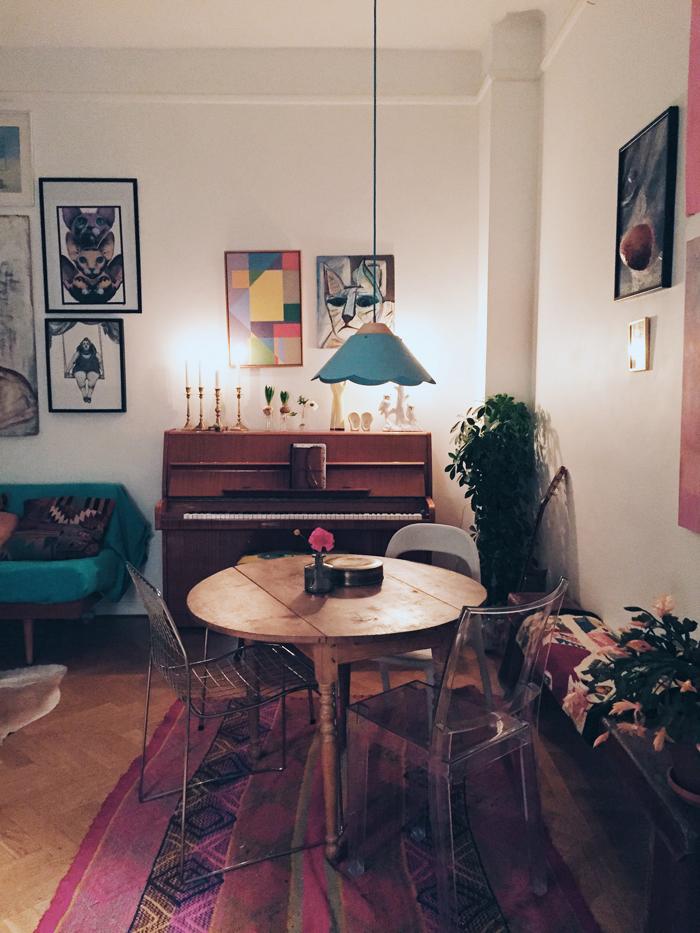matplats-vardagsrum-piano-blå-lampa-ikea-tavlor-konst-stolar-gammalt-bord