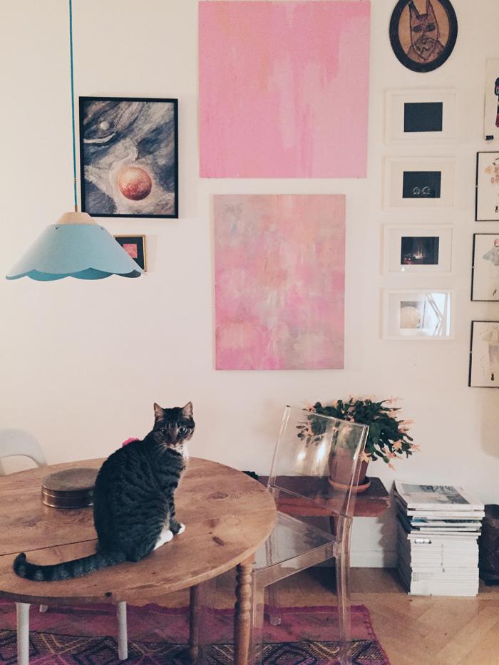 tavelvägg-inspiration-rosa-blå-lampa-ikea-matbord-blanda-stolar-katt