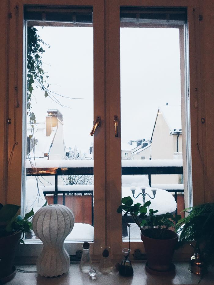 fonster-mot-snon-sodermalm-sno-vinter-utsikt