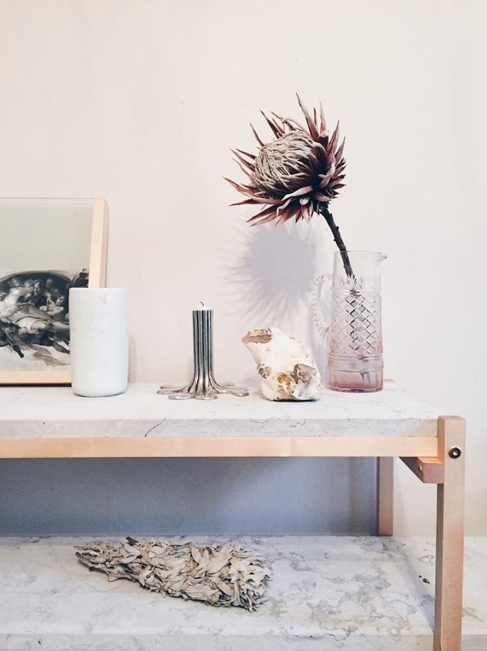 Närbild på kalstenen, vackrare än marmor med sin melerade, matta yta (dock ej helt praktiskt, men det tycker jag en kan få strunta i ibland).  Ramen kommer från New Market Stockholm som hade en pop up-butik på Gotland i Stockholm och den fina keramikvasen är gjord av Gunnar Nyland.