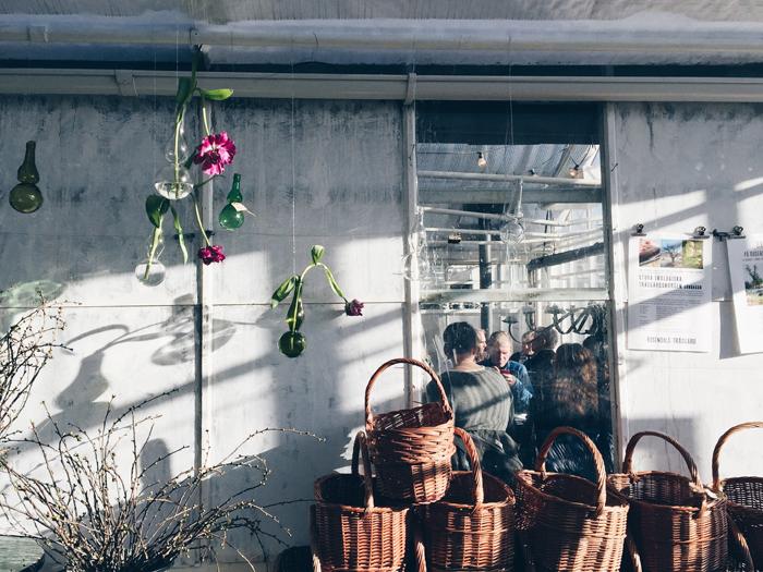 korgar-hangande-vaser-glas-tulpaner-korgar-rosendals-tradgardar