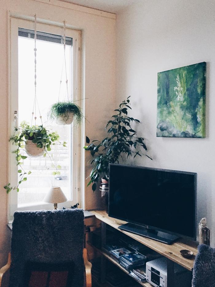 Sen spikade vi upp en tavla så att det verkligen blev en grön hörna. Växter = bästa sättet att dölja tv:n!