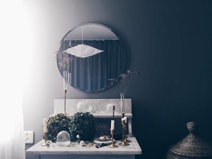 sovrum-inspiration-mässingsljusstakar-lampor-draperier-grå-väggar