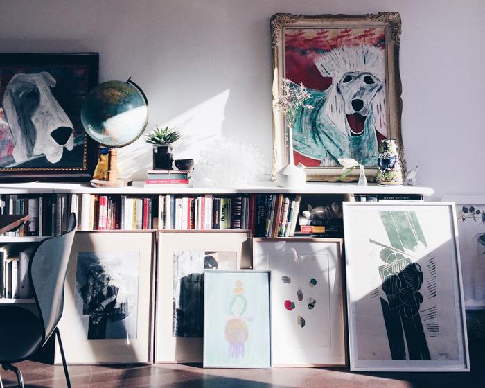 Ibland får jag frågor om var en hittar fina konstverk/tavlor. Jag har en del litografier, men allra roligast är såklart att hitta helt unika verk och då är loppis, konstskolor och unga gallerier bäst!
